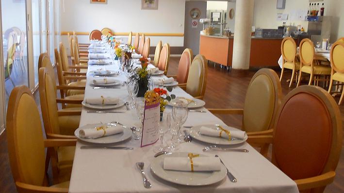 Les tables sont prêtes à recevoir nos convives