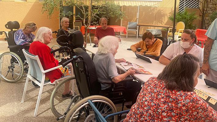 Jeux de société sur le patio pour nos résidents de la bastide de Pégomas